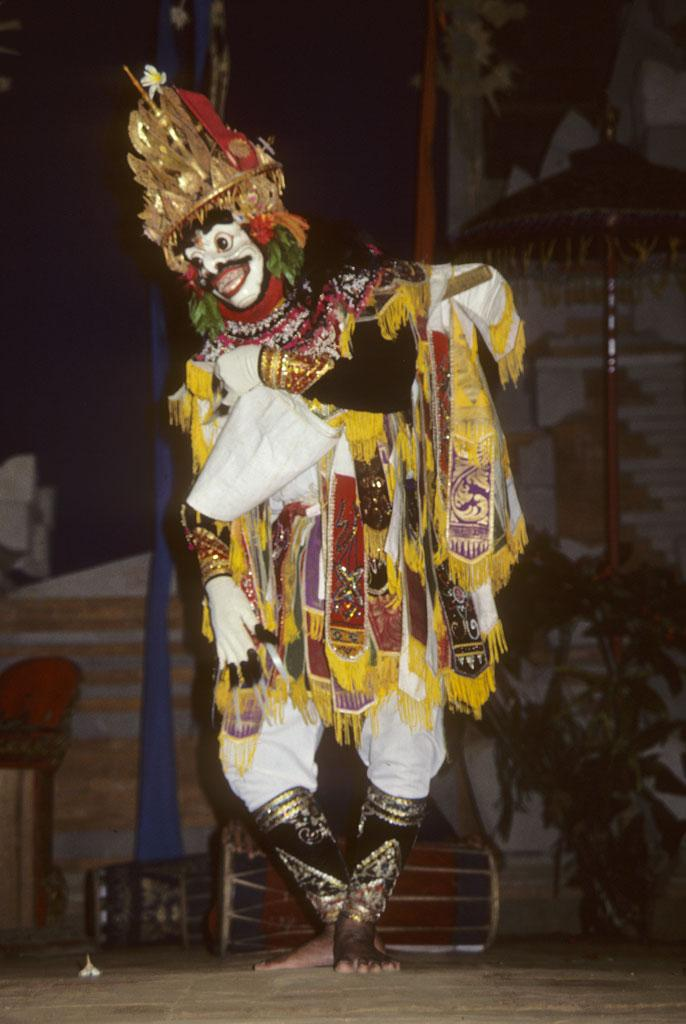 """<img typeof=""""foaf:Image"""" src=""""http://statelibrarync.org/learnnc/sites/default/files/images/bali_239_0.jpg"""" width=""""686"""" height=""""1024"""" alt=""""Male masked dancer bows forward slightly and lifts front of tunic"""" title=""""Male masked dancer bows forward slightly and lifts front of tunic"""" />"""