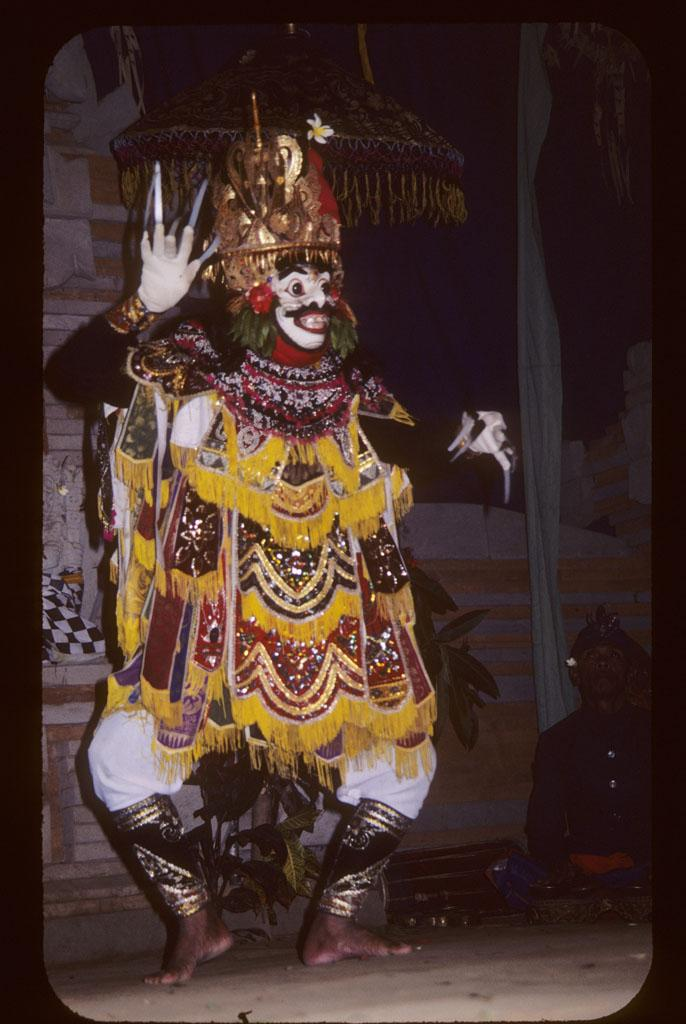 "<img typeof=""foaf:Image"" src=""http://statelibrarync.org/learnnc/sites/default/files/images/bali_240.jpg"" width=""686"" height=""1024"" alt=""Masked male dancer"" title=""Masked male dancer"" />"