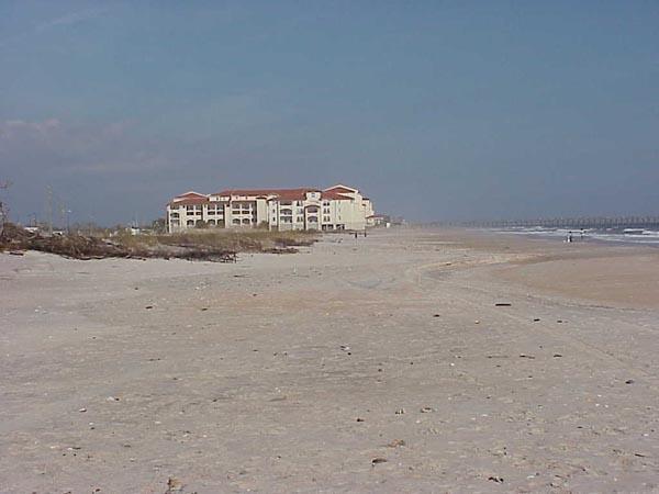 "<img typeof=""foaf:Image"" src=""http://statelibrarync.org/learnnc/sites/default/files/images/barrier_island.jpg"" width=""600"" height=""450"" alt=""Barrier island hotel"" title=""Barrier island hotel"" />"