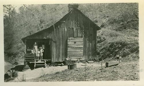 """<img typeof=""""foaf:Image"""" src=""""http://statelibrarync.org/learnnc/sites/default/files/images/leacey_royal.jpg"""" width=""""500"""" height=""""300"""" alt=""""Mrs. Leacey Royal, Reddies River, N.C."""" title=""""Mrs. Leacey Royal, Reddies River, N.C."""" />"""