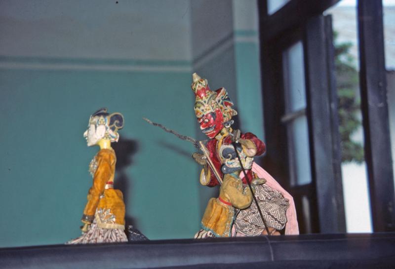 "<img typeof=""foaf:Image"" src=""http://statelibrarync.org/learnnc/sites/default/files/images/thai_rama_091.jpg"" width=""1024"" height=""698"" alt=""Ravana visits the captured Sita in wooden puppet performance at Yogyakarta"" title=""Ravana visits the captured Sita in wooden puppet performance at Yogyakarta"" />"
