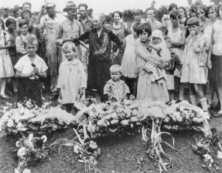 The children of Ella Mae Wiggins, a union supporter killed during the 1929 Gastonia strike, stand beside their mother's grave on the day of her funeral. North Carolina Collection, University of North Carolina at Chapel Hill Library.