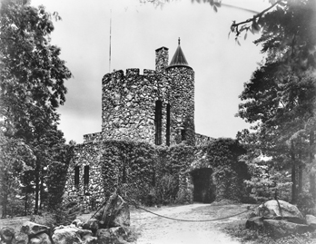 Gimghoul Castle (previously known as Piney Prospect). Photograph by the Wootten-Moulton Studio. North Carolina Collection, University of North Carolina at Chapel Hill Library.